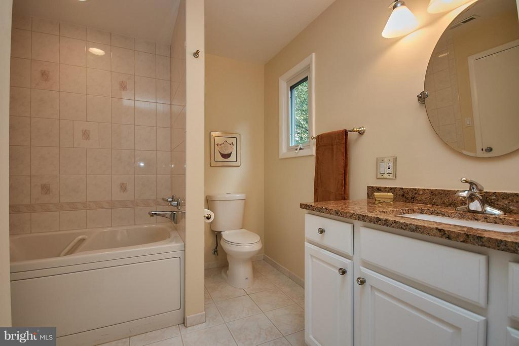 Separate Tub and Shower - 9938 GREAT OAKS WAY, FAIRFAX