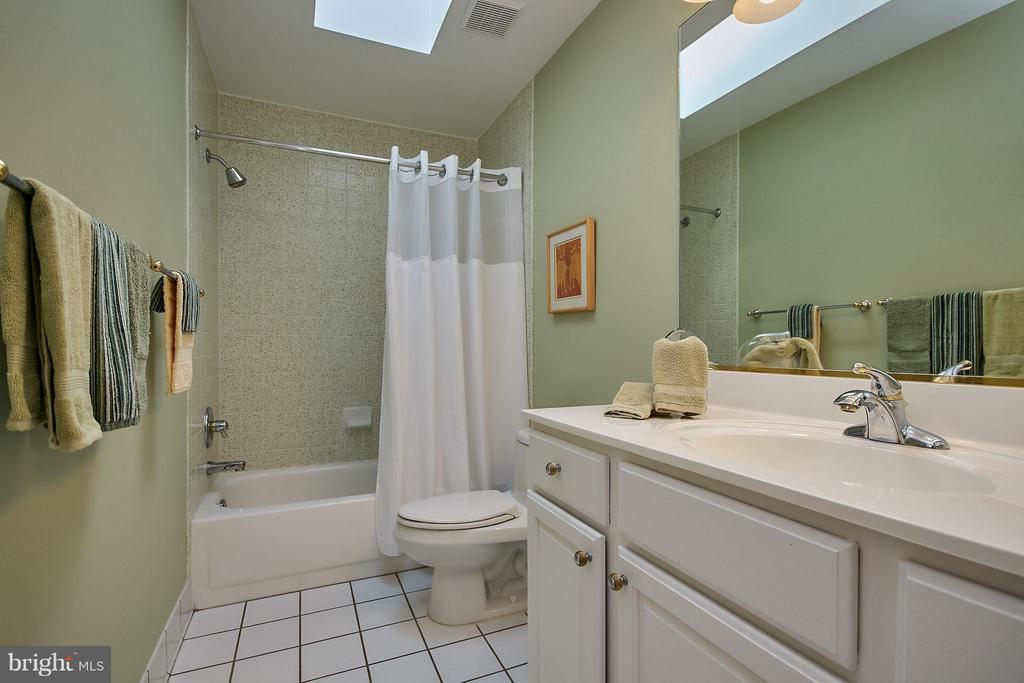 Upper Level Hall Bath - 9938 GREAT OAKS WAY, FAIRFAX