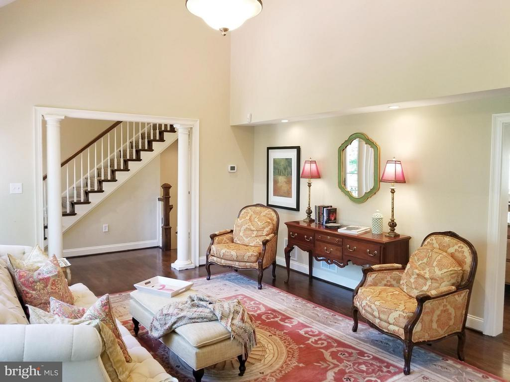 2 Story Great Room! - 6012 GROVE DR, ALEXANDRIA