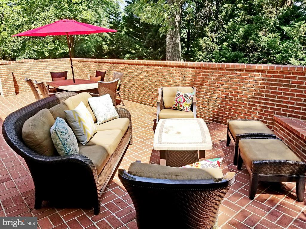 Private Patio-Parties! - 6012 GROVE DR, ALEXANDRIA