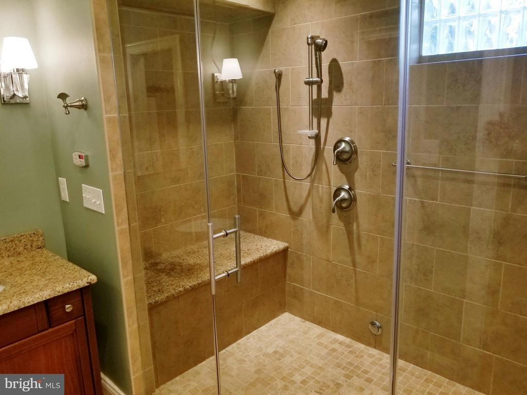 Massage, Steam & Rain Shower Room ... HELLO!!! - 6012 GROVE DR, ALEXANDRIA