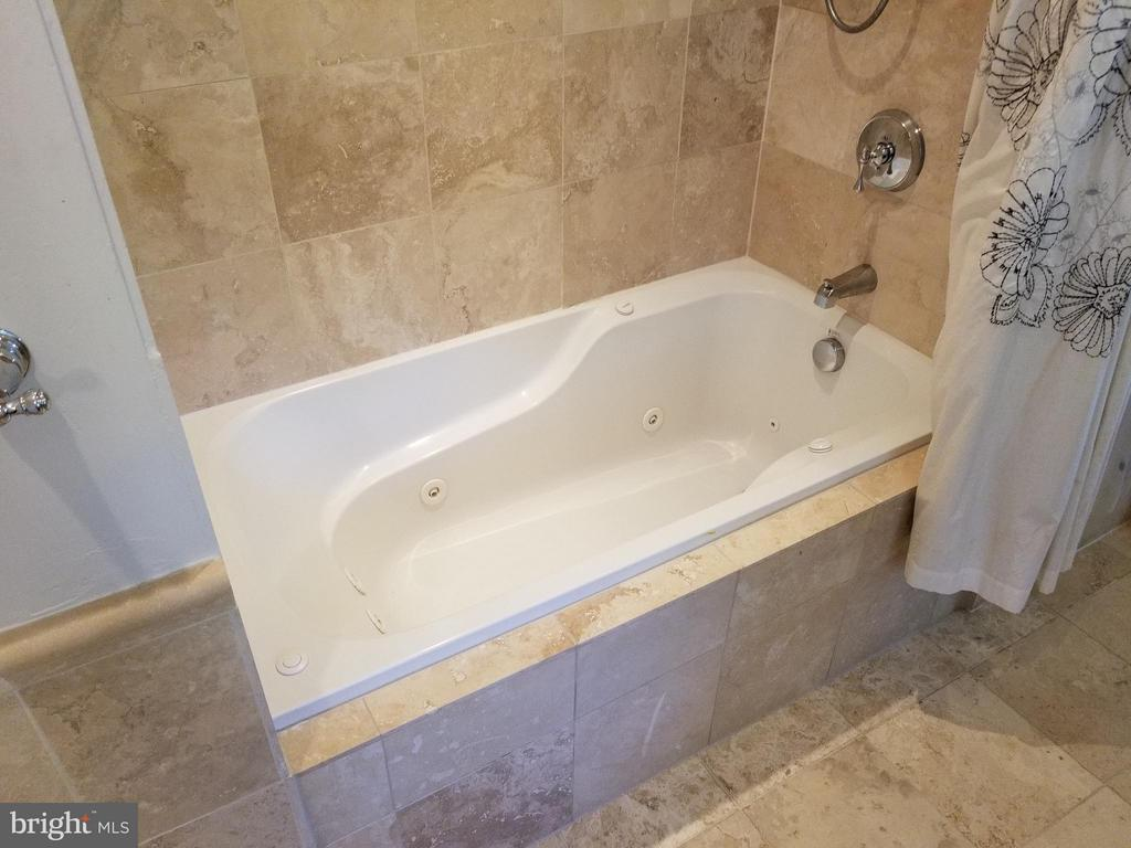 Jetted Tub! - 6012 GROVE DR, ALEXANDRIA