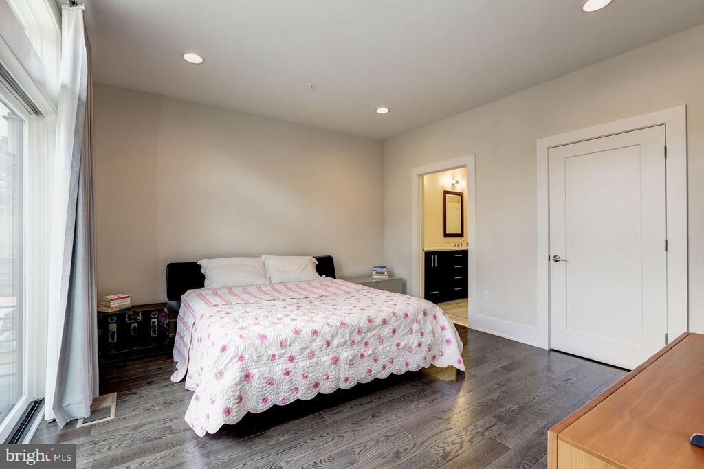 Master BR w/ walk-in closet & en-suite bath - 171 WINSOME CIR, BETHESDA