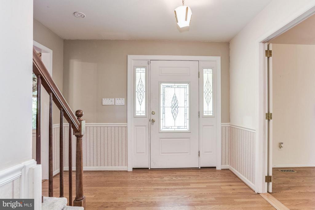 Foyer, beautiful hardwood floors. - 15781 PALMER LN, HAYMARKET