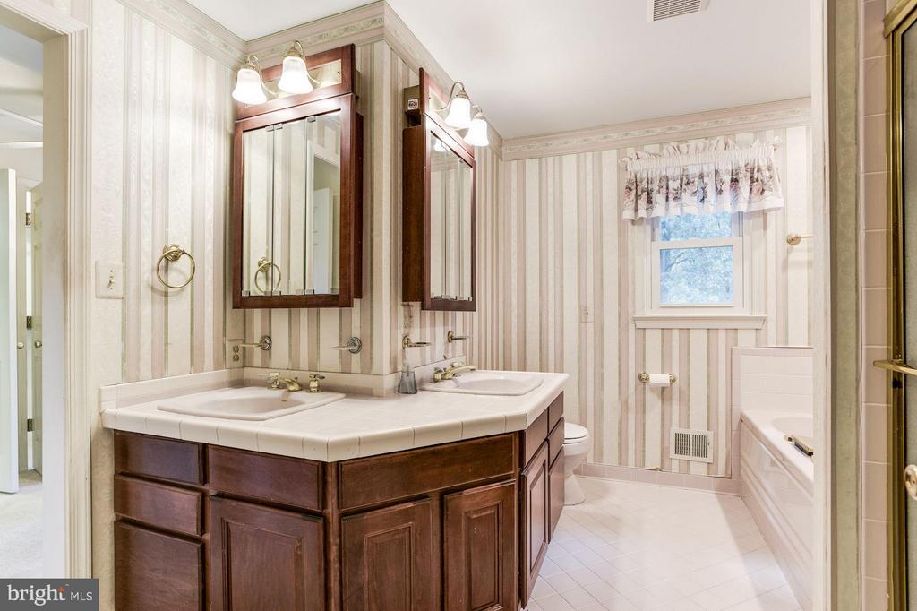 Large vanities, separate shower and jacuzzi tub. - 15781 PALMER LN, HAYMARKET