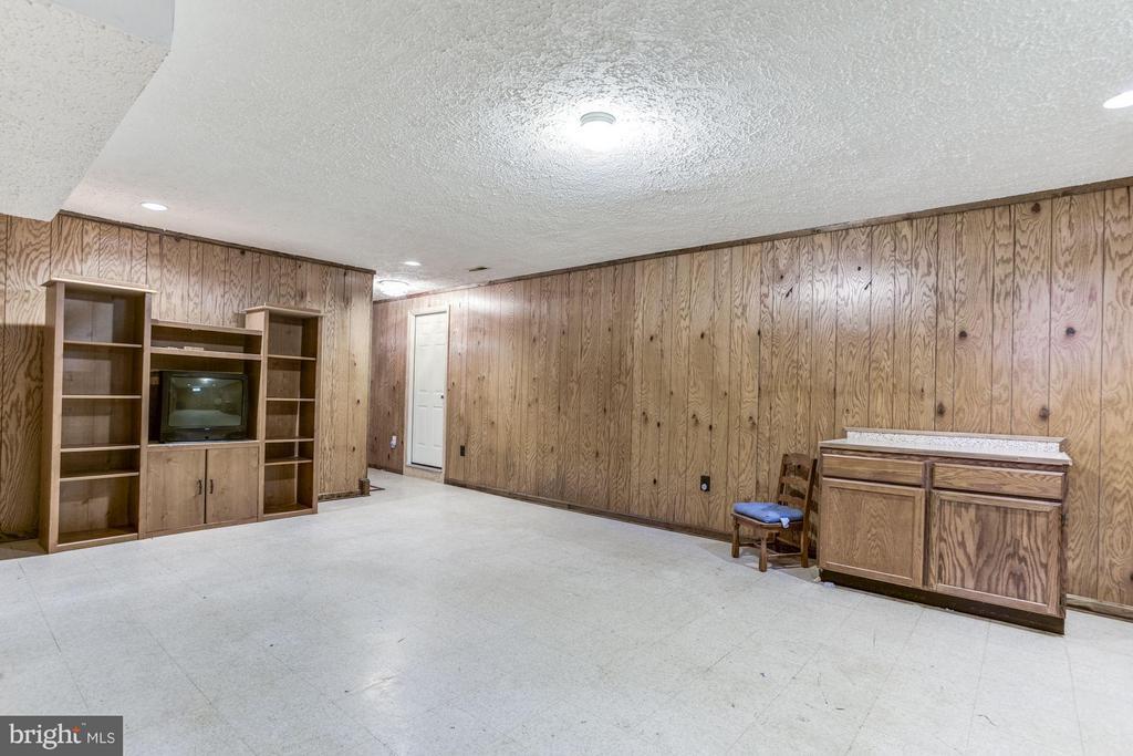 Recreation, wet bar, powder room in lower level. - 15781 PALMER LN, HAYMARKET