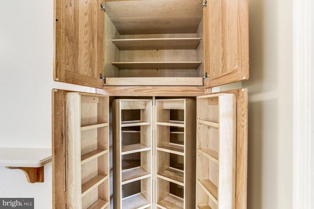 Custom cherry cabinets. - 15781 PALMER LN, HAYMARKET