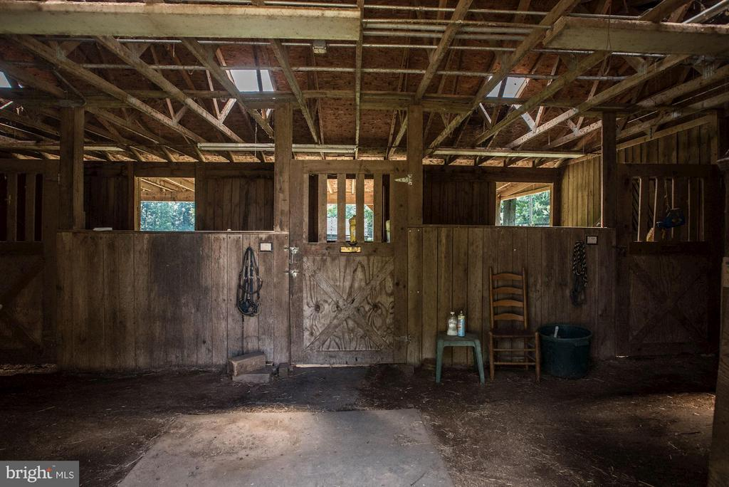 3 stall barn, large aisle and walk out. - 15781 PALMER LN, HAYMARKET