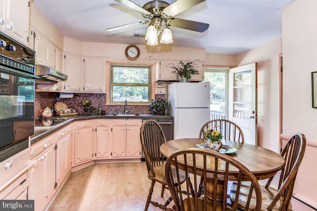 Country Kitchen - 5524 SUMMIT ST, CENTREVILLE