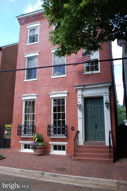 Detached historic residence in the heart of town - 214 ROYAL ST N, ALEXANDRIA