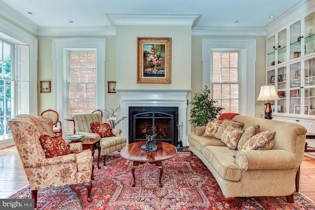 Gas fireplace, built-ins & tall windows - 214 ROYAL ST N, ALEXANDRIA
