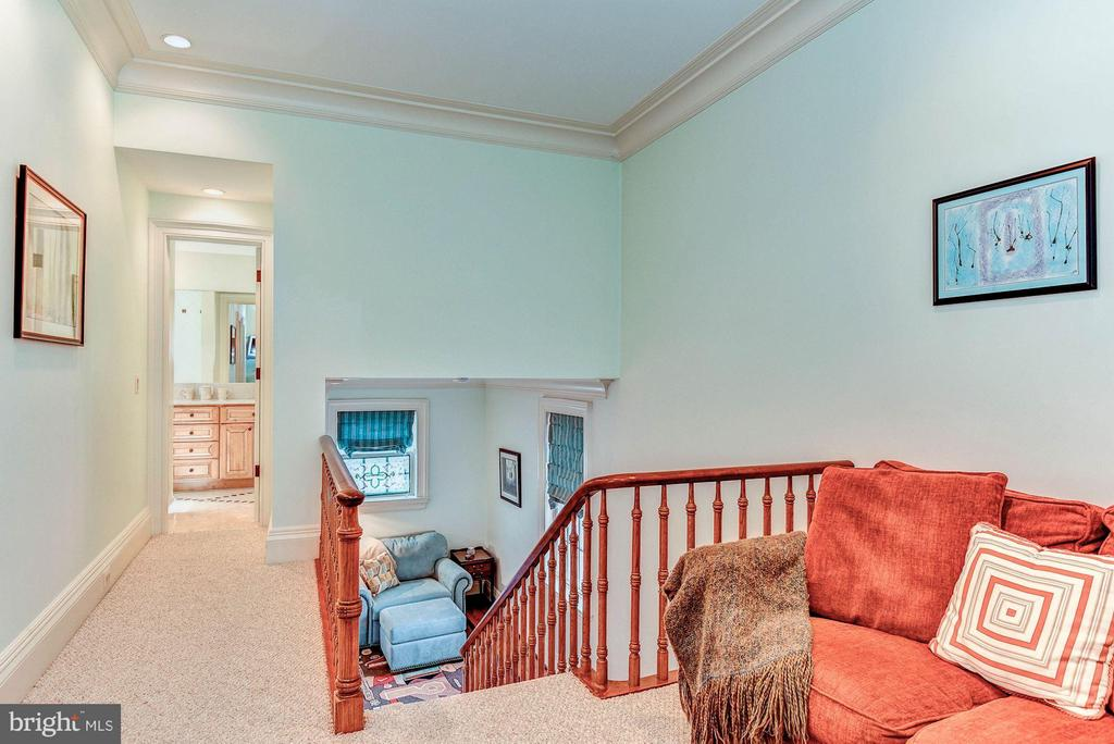 Landings with cozy sitting areas - 214 ROYAL ST N, ALEXANDRIA