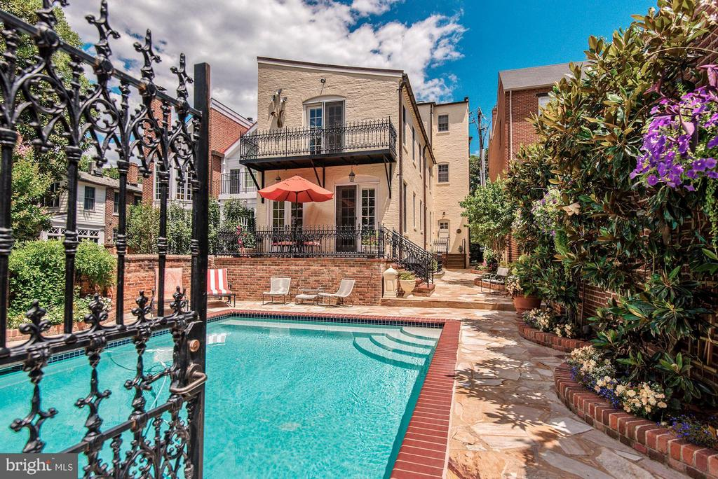 Fabulous walled garden with pool - 214 ROYAL ST N, ALEXANDRIA