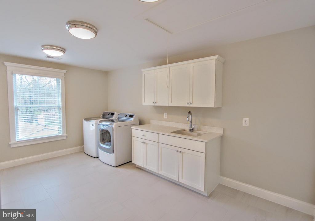 Laundry room, photo of similar model - 407 PLUM ST SW, VIENNA
