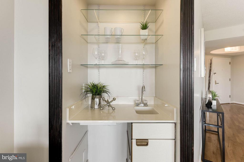 Wet Bar for entertaining - 1200 CRYSTAL DR #513, ARLINGTON