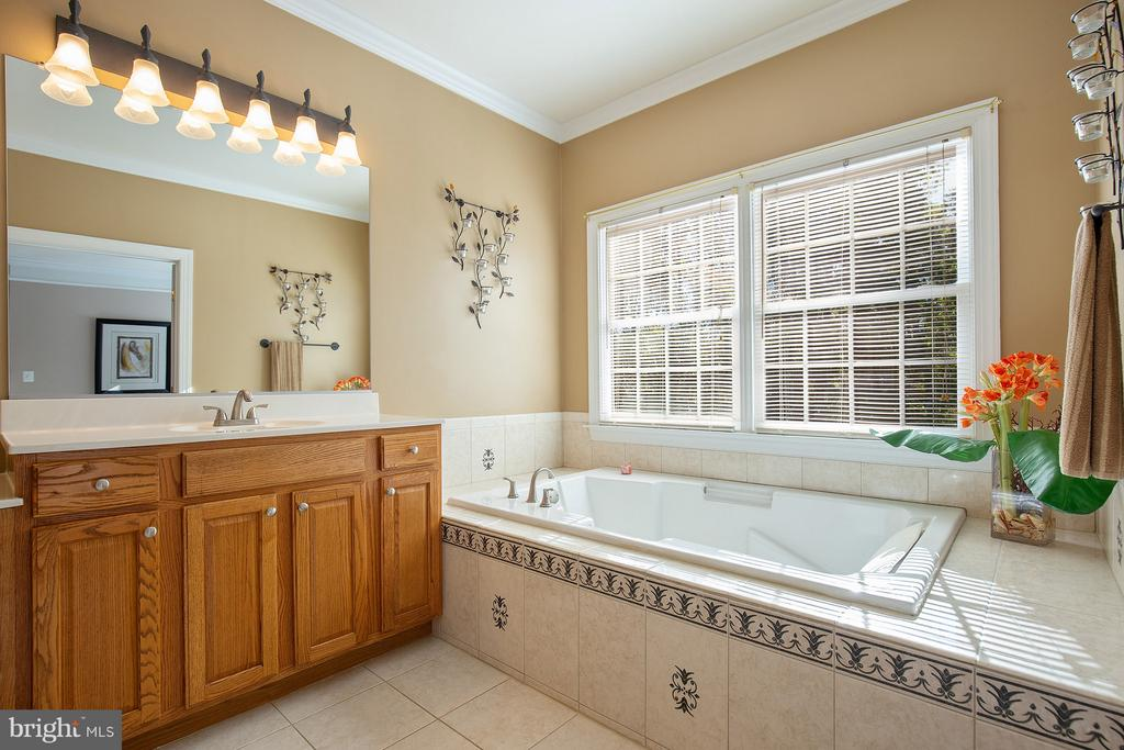 Owner's bath with large jetted tub, tile. - 170 BALL RD, SAINT LEONARD