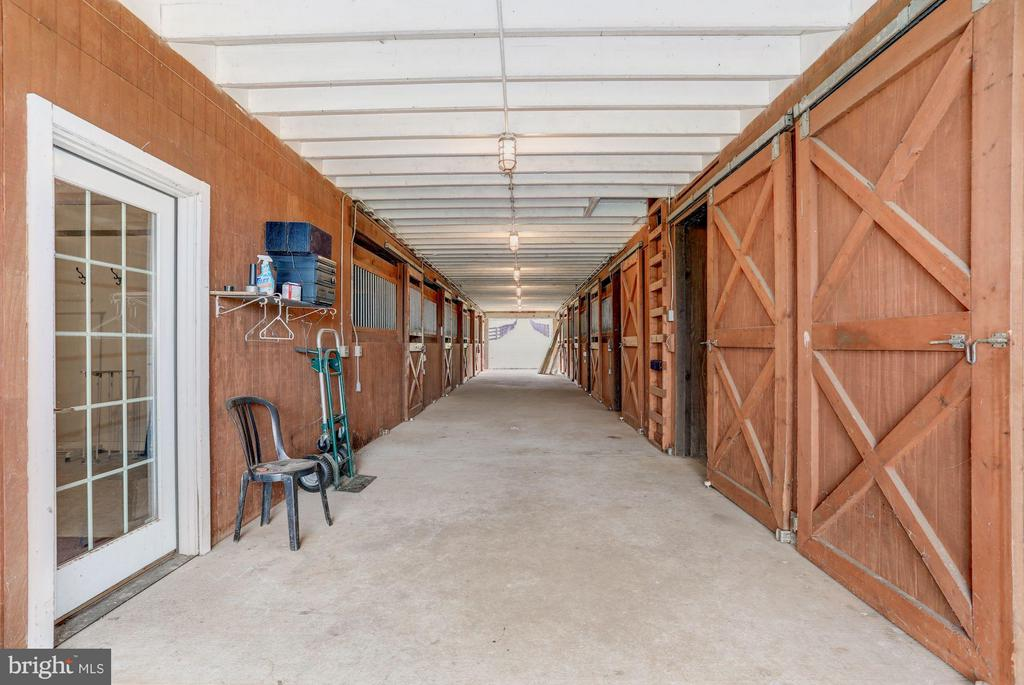 10 Stall Center Aisle Barn - 21167 TRAPPE RD, UPPERVILLE