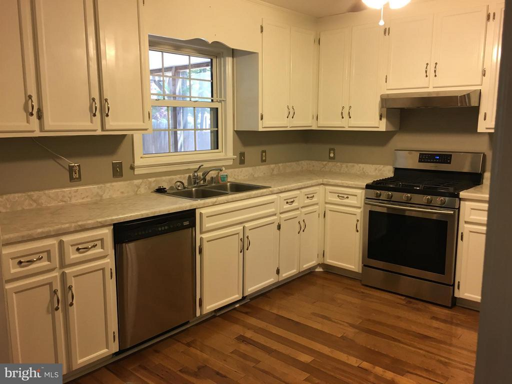 Kitchen with newer gas stove, hood & disposal - 115 HAMLIN DR, FREDERICKSBURG
