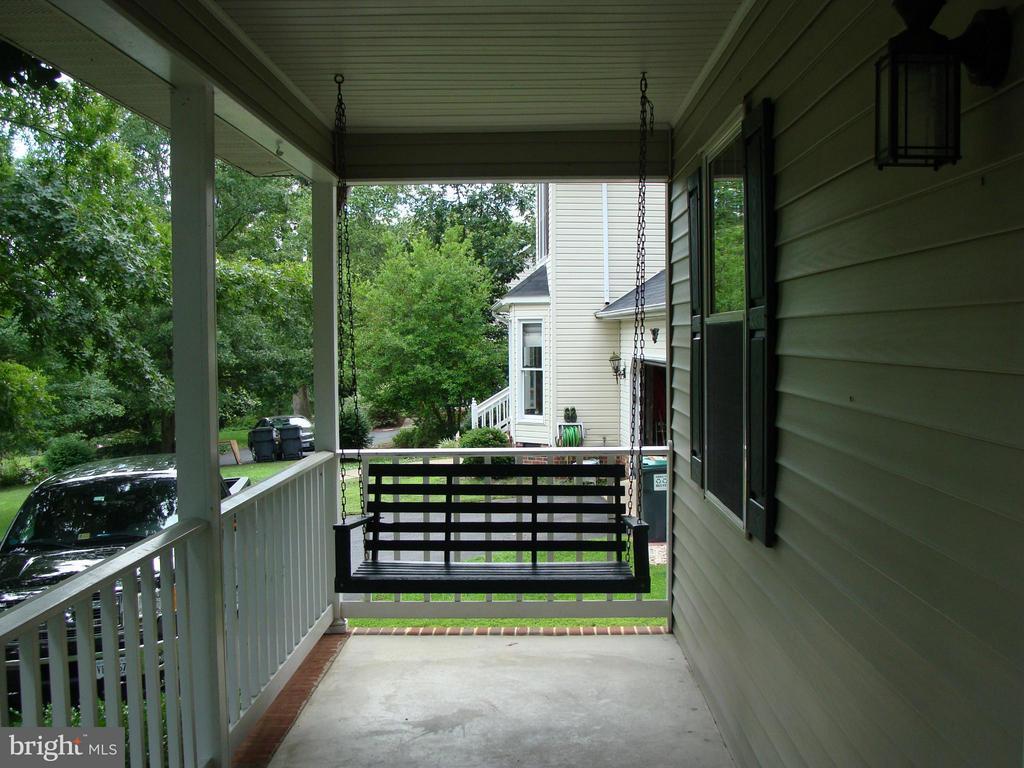 Spacious front porch - 115 HAMLIN DR, FREDERICKSBURG