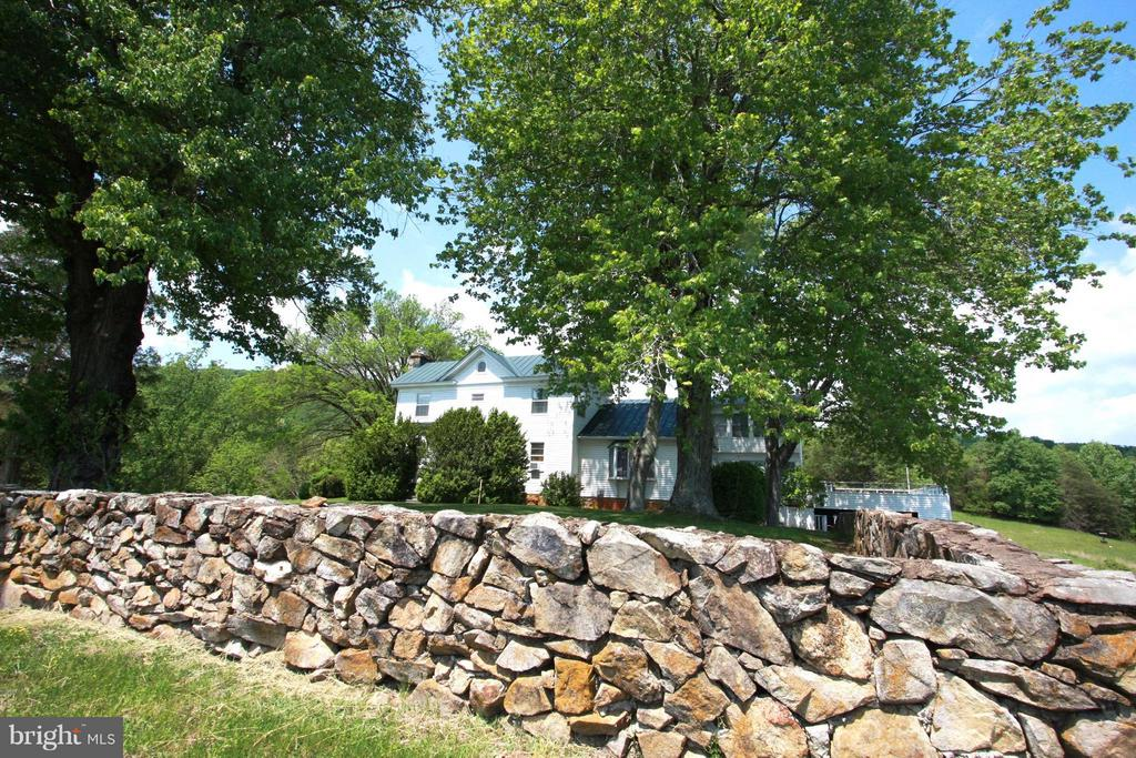 Historic Stone walls surround main house - 399 CASTLETON FORD RD, CASTLETON