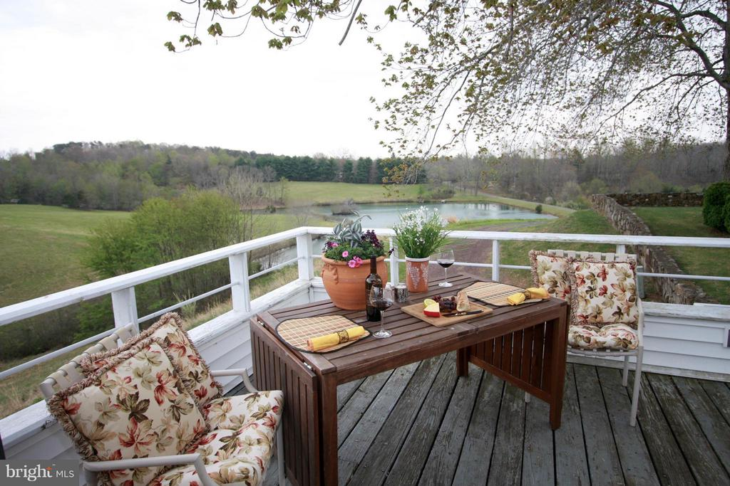 Dine al fresco on the deck - 399 CASTLETON FORD RD, CASTLETON