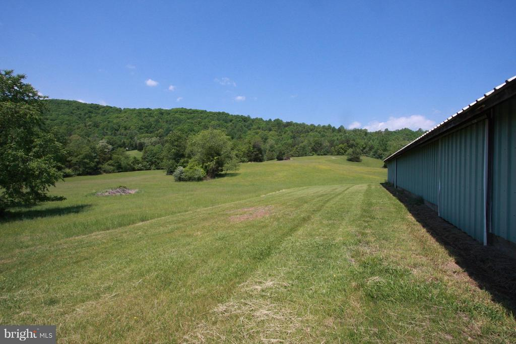 Large barn leading to expansive fields - 399 CASTLETON FORD RD, CASTLETON