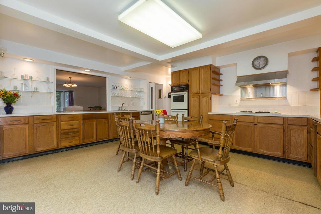 Kitchen Open to Family Room - 399 CASTLETON FORD RD, CASTLETON