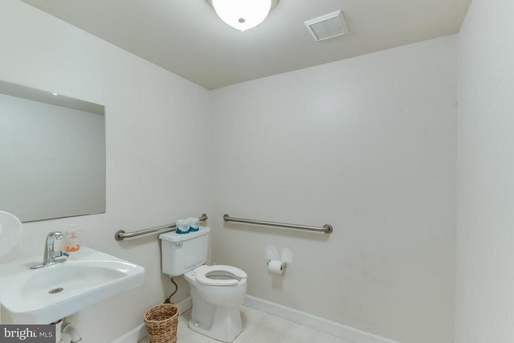 Handicap accessible bathroom - 15481 SECOND ST, WATERFORD
