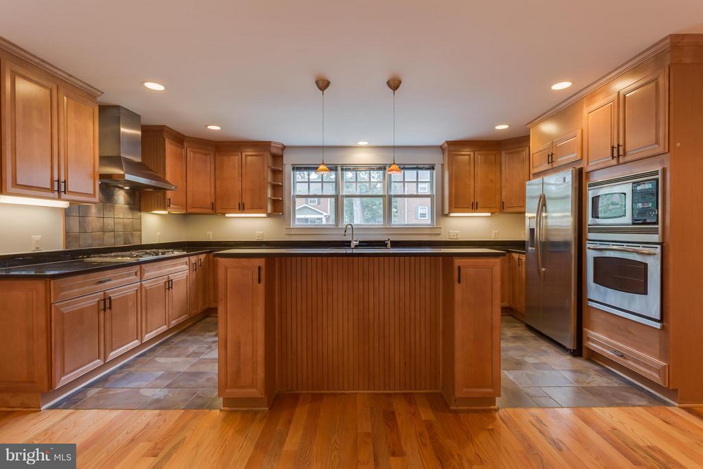 Gourmet Kitchen - 35 ABERDEEN ST S, ARLINGTON
