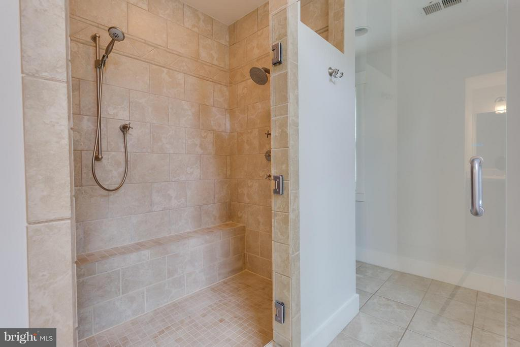 Bath (Master) - 35 ABERDEEN ST S, ARLINGTON