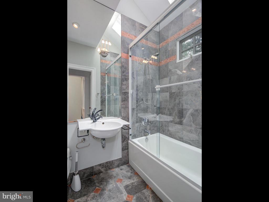 Bath - 716 EDGEWOOD ST N, ARLINGTON