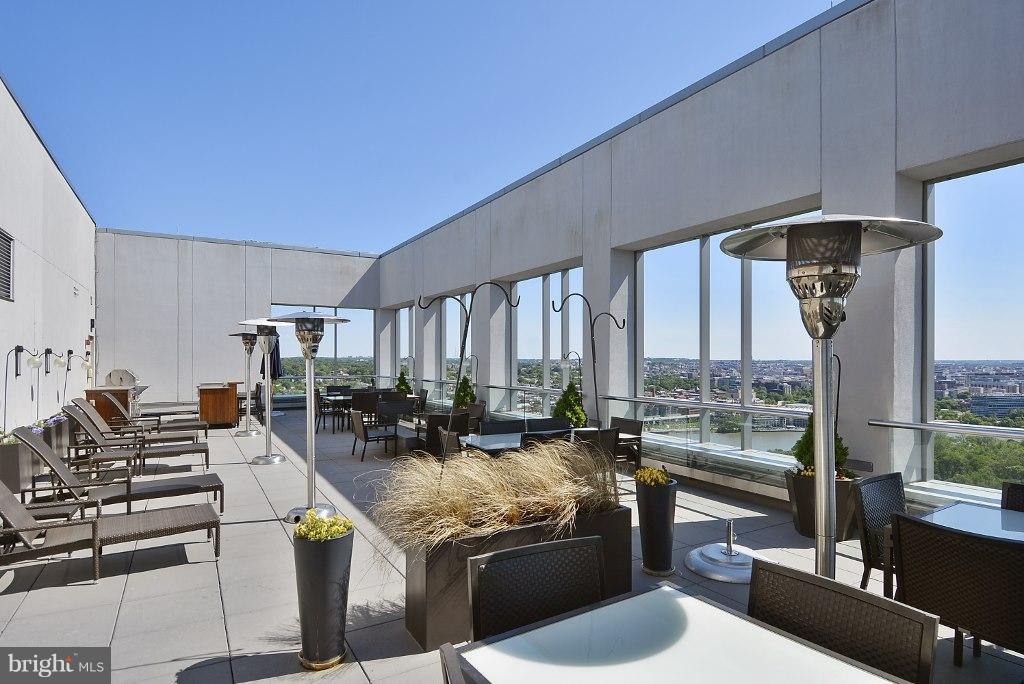Roof top terrace with stunning river and city view - 1111 19TH ST N #1603, ARLINGTON