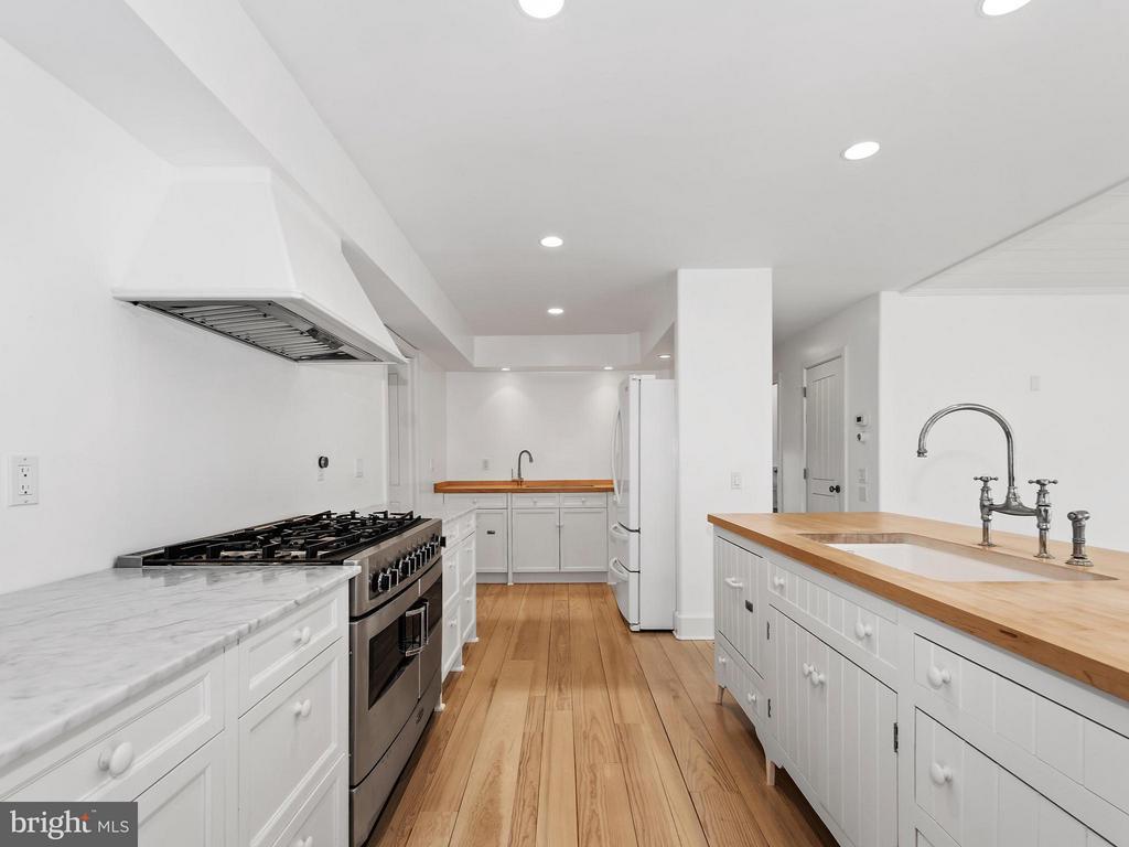 6 burner gourmet stove with prep area - 23057 KIRK BRANCH RD, MIDDLEBURG