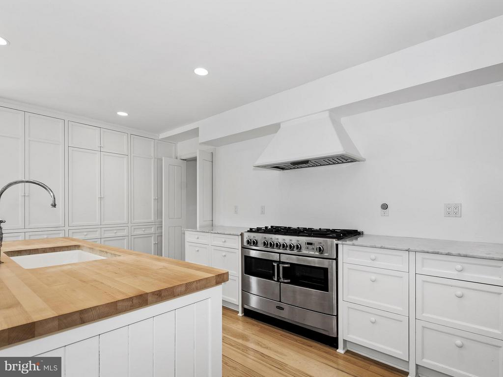 2 dishwashers, marble counters, built in cabinetry - 23057 KIRK BRANCH RD, MIDDLEBURG