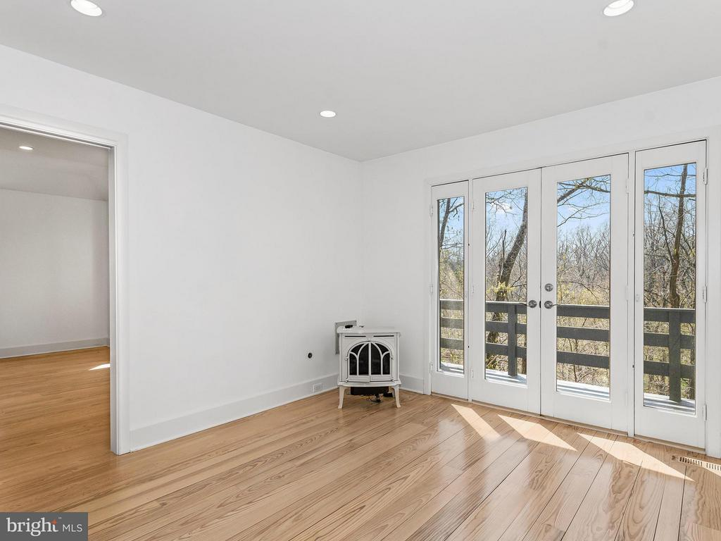 Bedroom with balcony - 23057 KIRK BRANCH RD, MIDDLEBURG