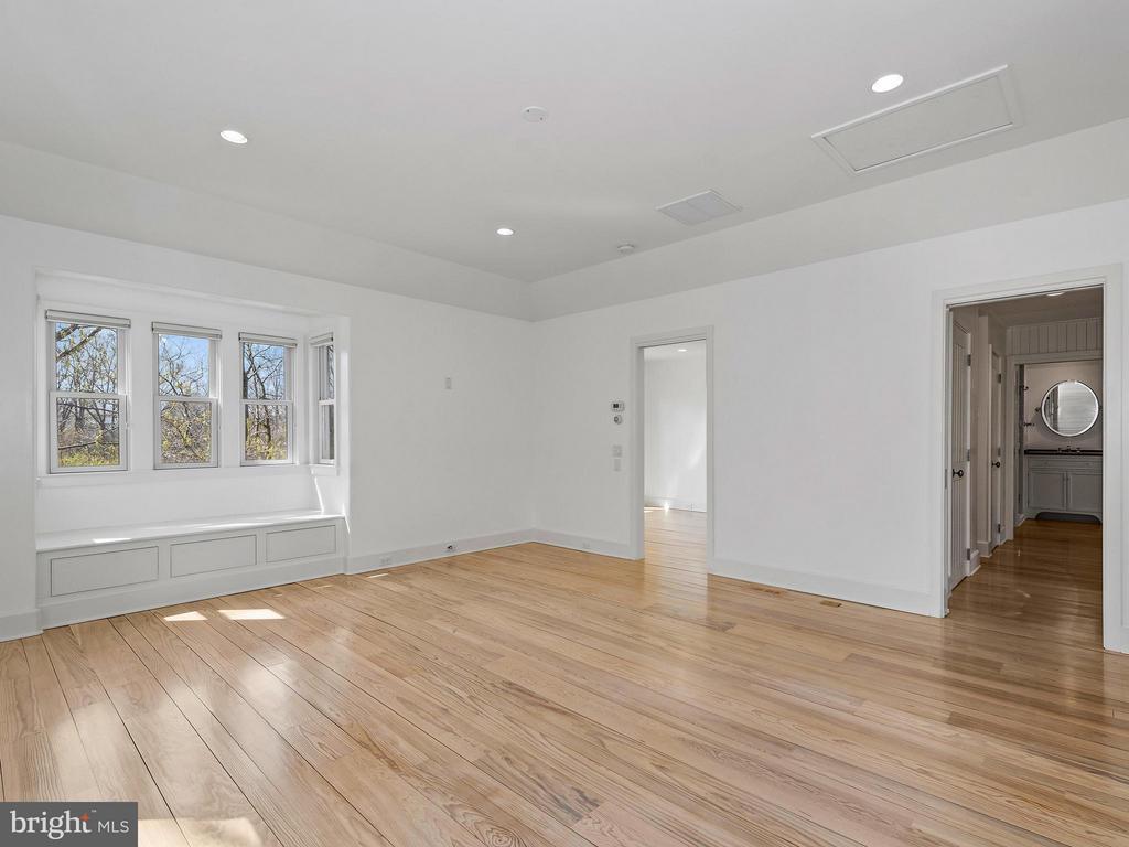 Window bench, built-ins, cedar closet, 2 walk-ins - 23057 KIRK BRANCH RD, MIDDLEBURG