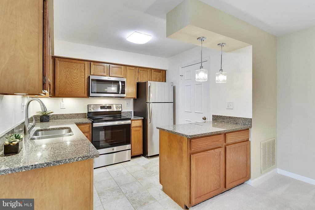 Granite, Stainless Appliances and Laundry Rm! - 10208B ASHBROOKE CT #18, OAKTON