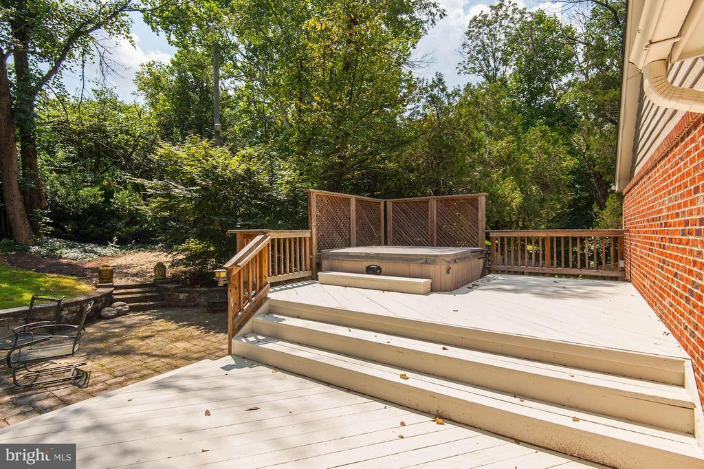 Rear deck with 7 person hot tub - 10511 MILLER RD, OAKTON
