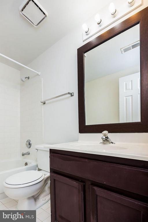 Bath - 21164 MILLWOOD SQ, STERLING
