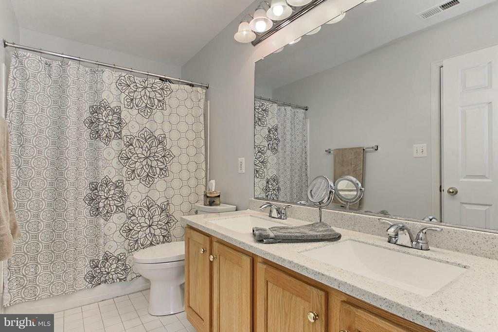 Owners Shared Bath with Dual Vanity - 9381 WORTHINGTON DR, BRISTOW