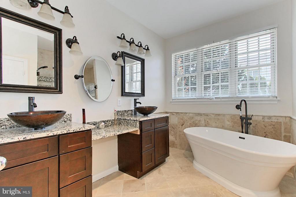 Renovated Owners Bathroom w. Sep. Dual Vanity - 9381 WORTHINGTON DR, BRISTOW