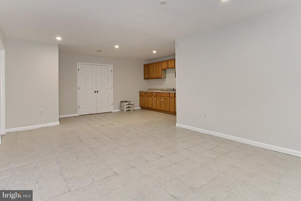 Spacious Guest Retreat with Kitchen - 9381 WORTHINGTON DR, BRISTOW