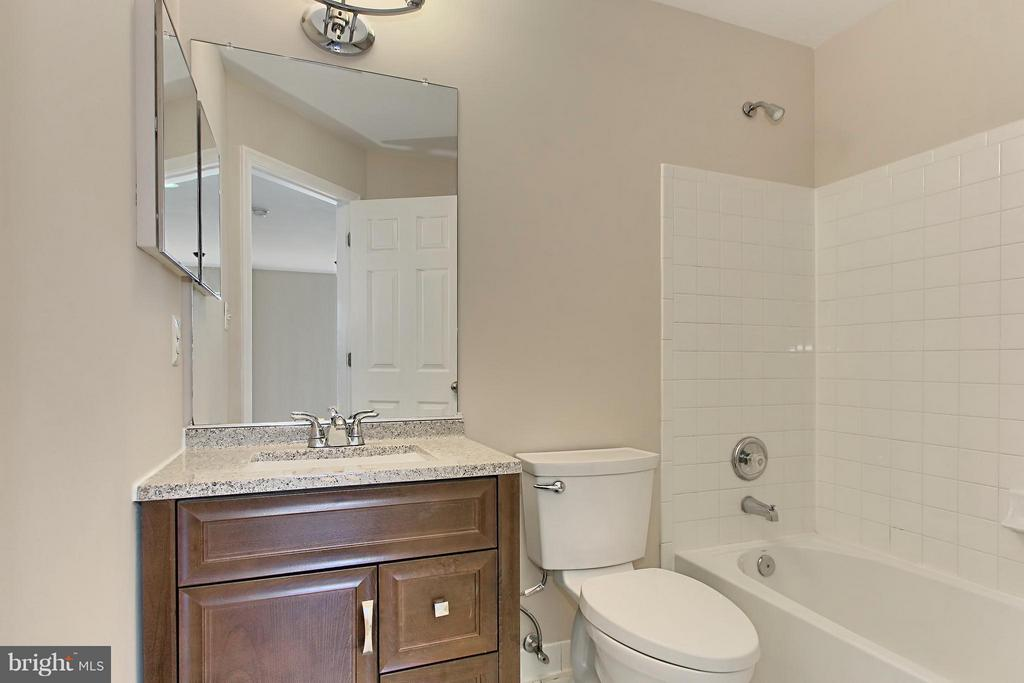 Upper Level Full Bath - 9381 WORTHINGTON DR, BRISTOW