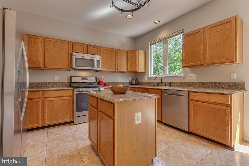 Amazing kitchen with tons of granite counter space - 14817 EDMAN RD, CENTREVILLE