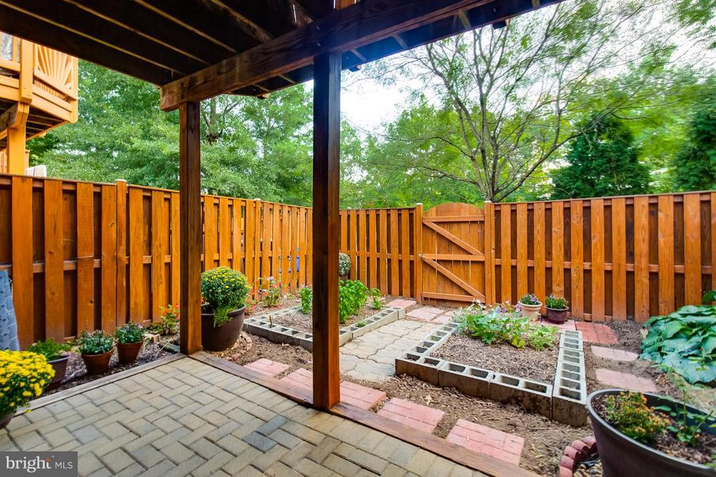 Beautiful rear patio w/ vegetable and flower beds - 14817 EDMAN RD, CENTREVILLE