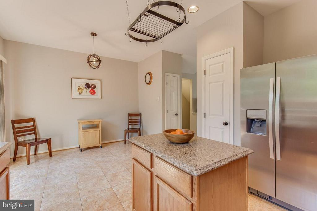 Eat-in kitchen perfect for table or comfy chairs - 14817 EDMAN RD, CENTREVILLE