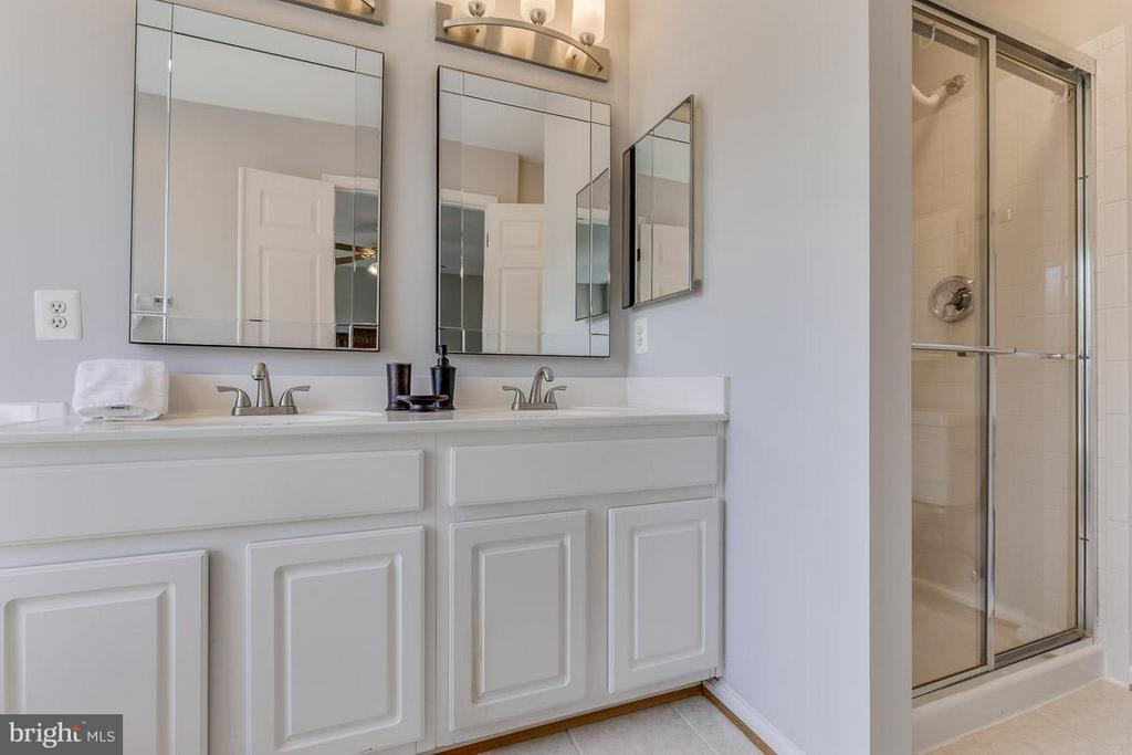Master BA with dual vanities and seperate shower. - 14817 EDMAN RD, CENTREVILLE