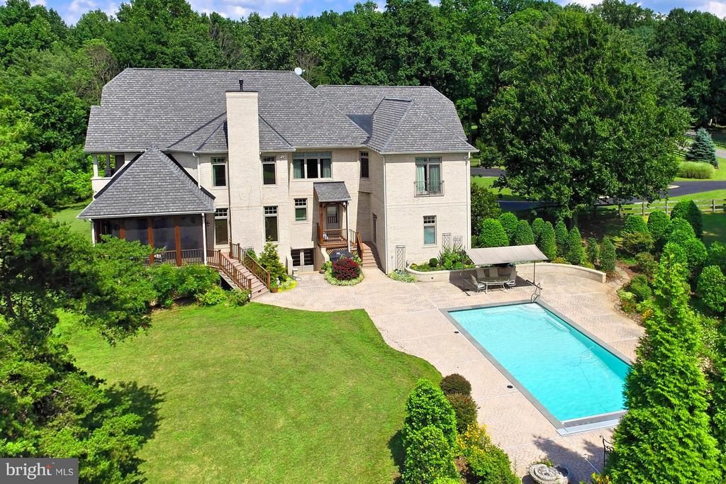 Lush landscaping surrounds the beautiful pool - 13104 LAUREL GLEN RD, CLIFTON