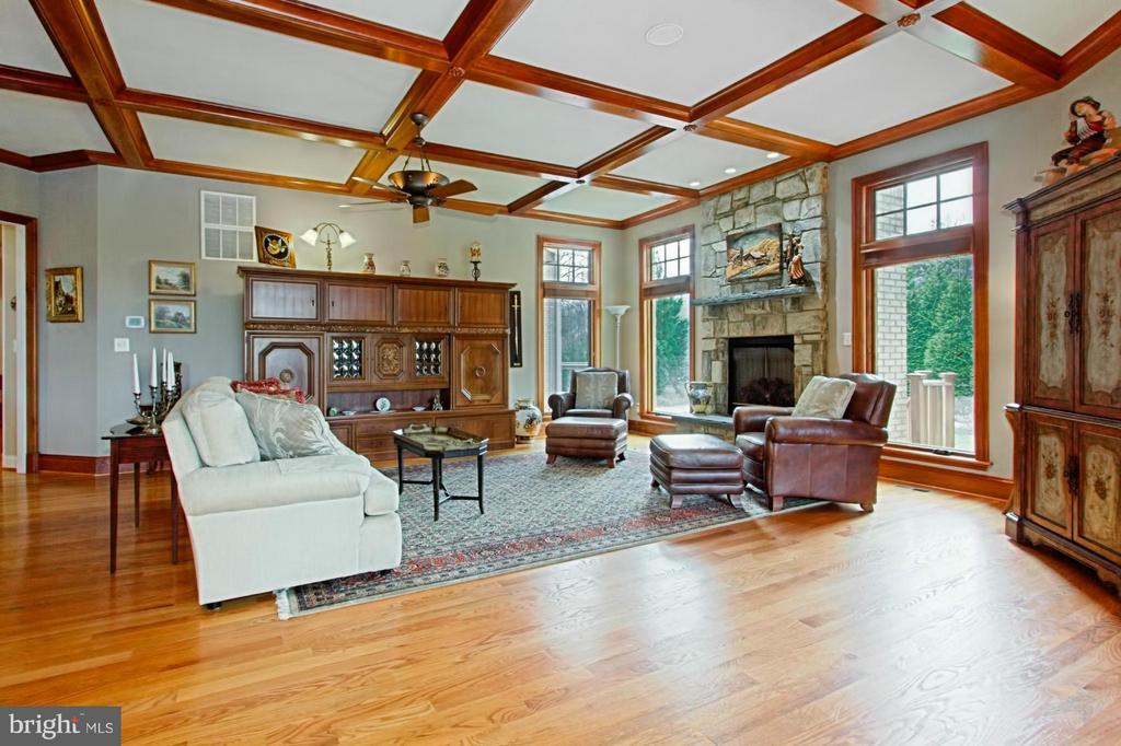 Outstanding family room - 13104 LAUREL GLEN RD, CLIFTON