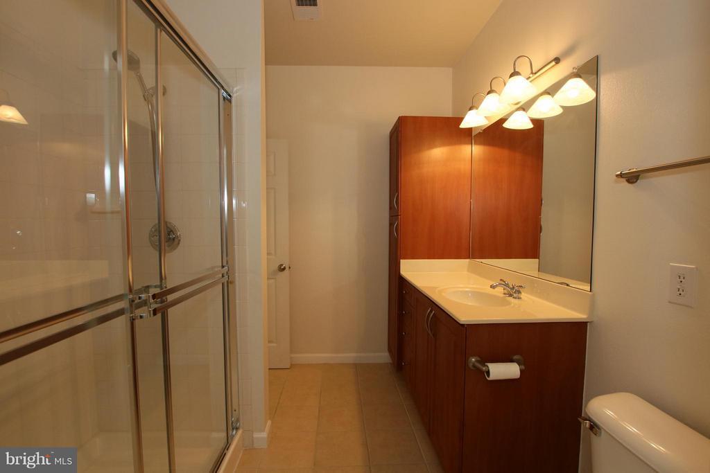 Full dual entry bath - 12925 CENTRE PARK CIR #301, HERNDON